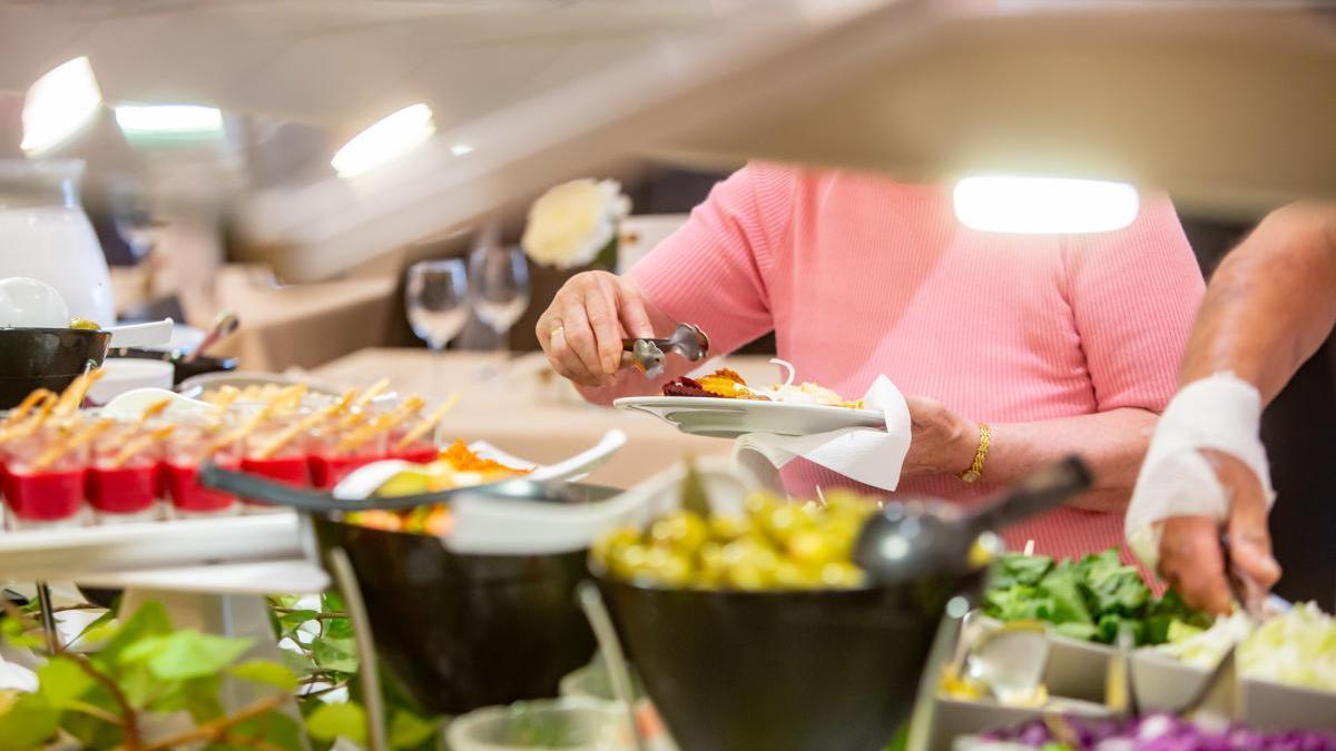 Sanidad permite a los hoteles de la provincia recuperar el bufé clásico pero limpiando las zonas cada 15 minutos