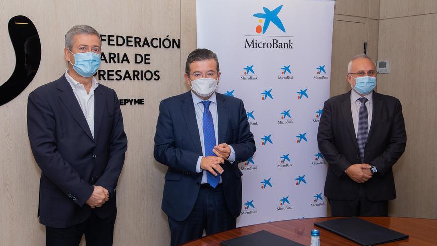 La CCE y MicroBank firman un convenio de colaboración para incentivar el autoempleo y el emprendimiento