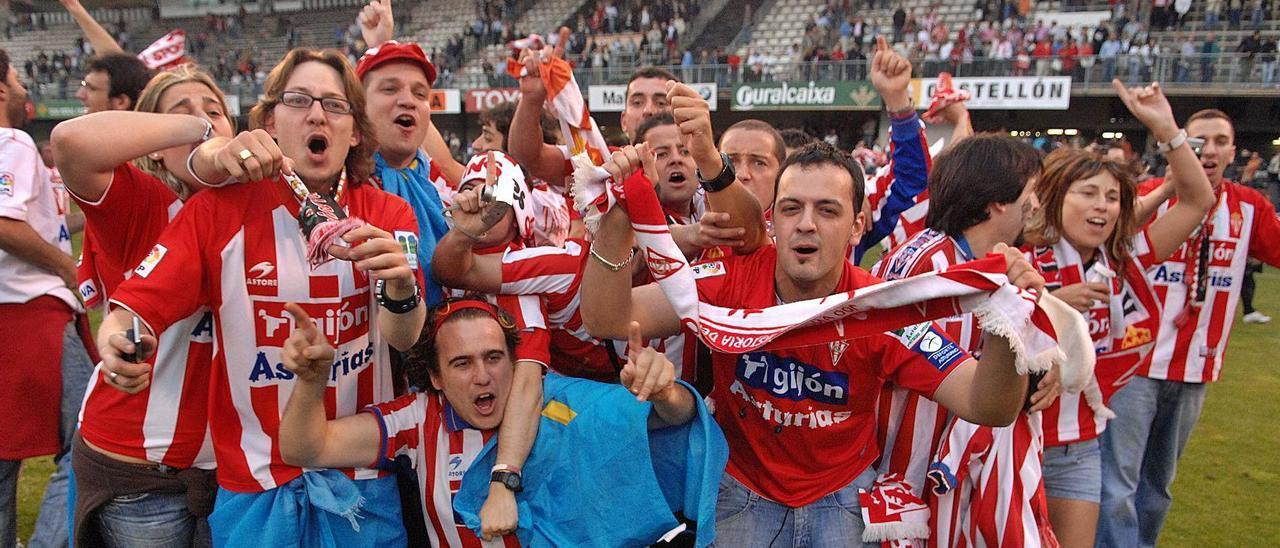 Aficionados rojiblancos en la temporada 2007-08 celebran sobre el césped de Castalia el traspiés de la Real Sociedad, que dejaba al Sporting al borde del ascenso pese a su derrota en Castellón.
