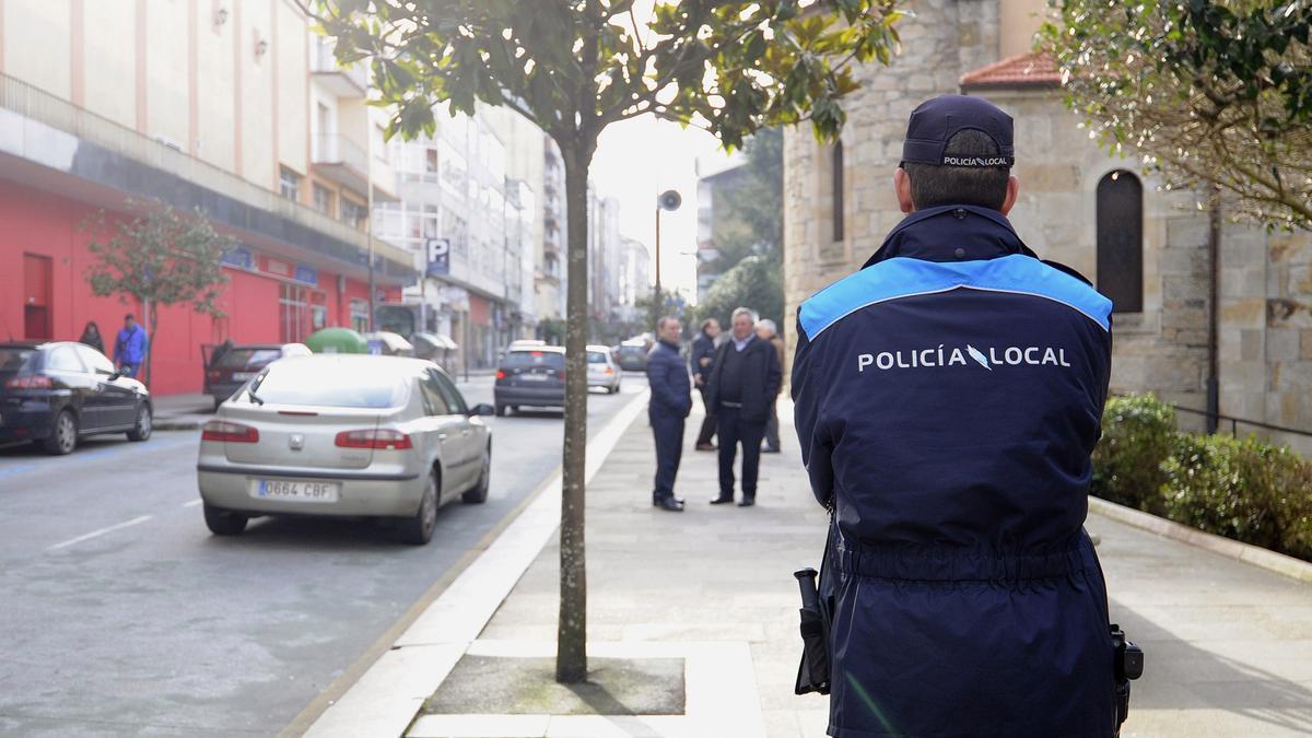 Un pollicía local patrulla en el casco urbano de Lalín