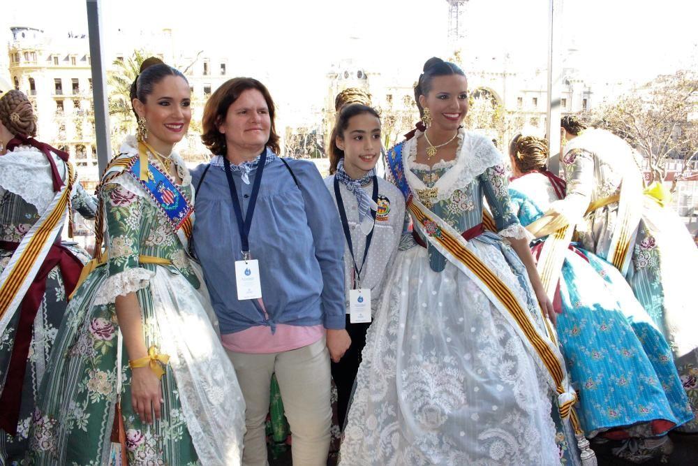 Las falleras mayores de Carpesa, con las falleras de la corte en Rascanya, María Cavero y Elena Rivero.
