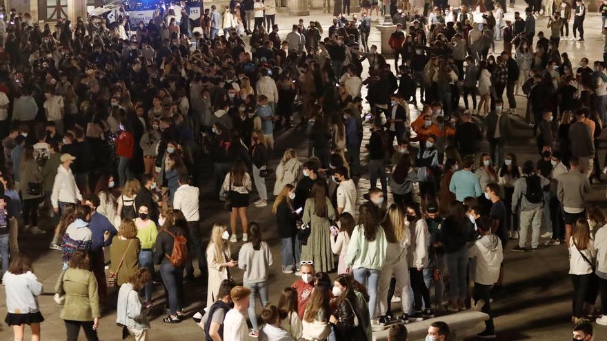 Unas 4.000 personas celebran en la Plaza Mayor de Salamanca el final del estado de alarma