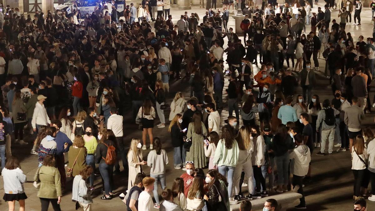 Jóvenes celebran en la plaza mayor de Salamanca el fin del estado de alarma.