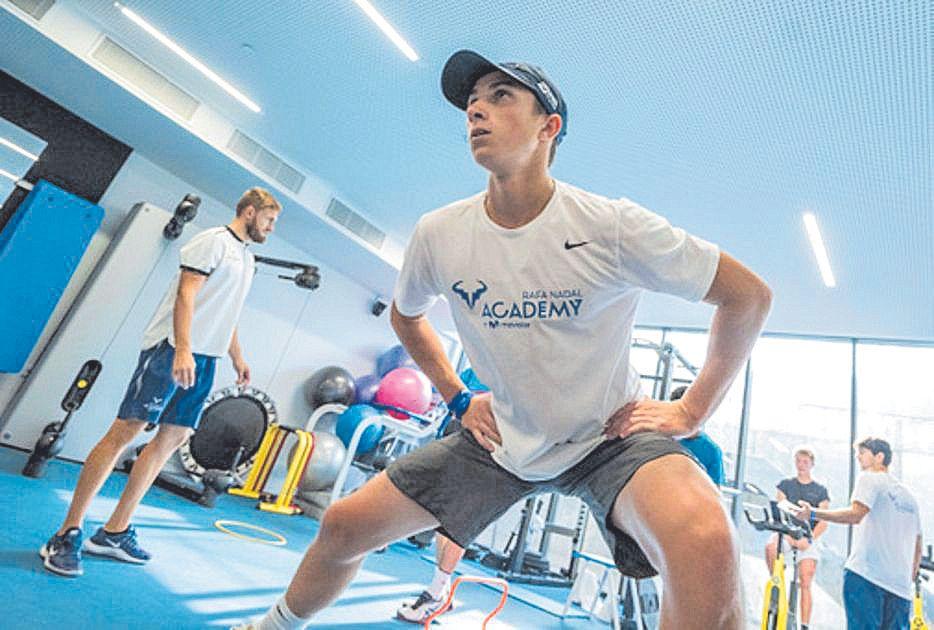 Un alumno ejercitándose en el gimnasio.