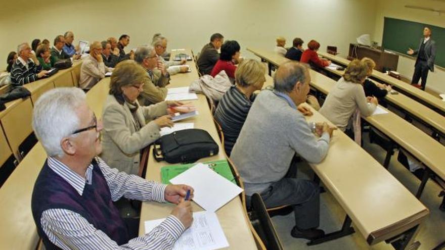 La valoración de los universitarios sénior baja en Vigo, pero sigue siendo más alta que los de grado