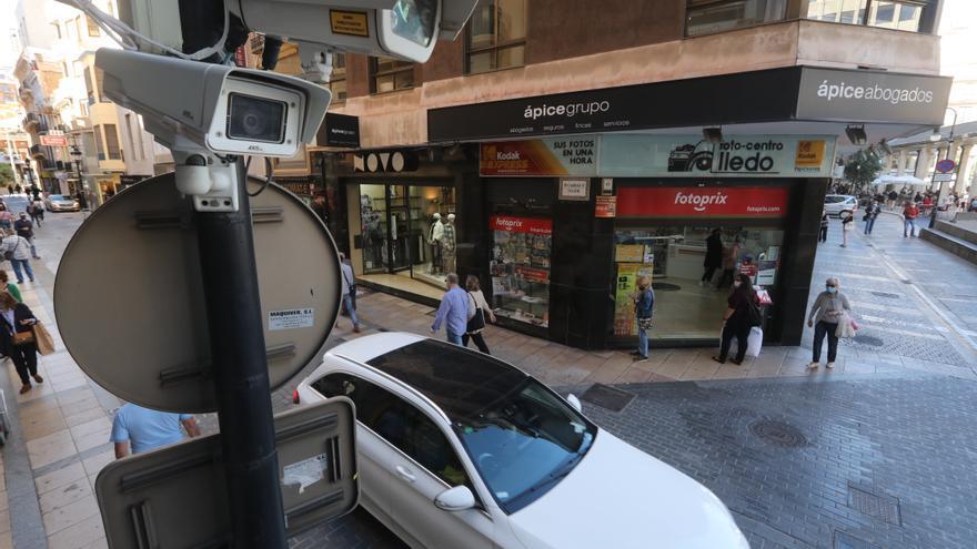 El centro de Castelló se 'abre' a la circulación de urgencias y servicios profesionales