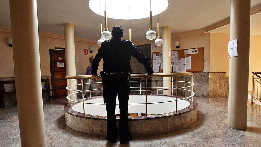 La consellera Bravo admite la necesidad de habilitar   en Alzira otra sala de juicios