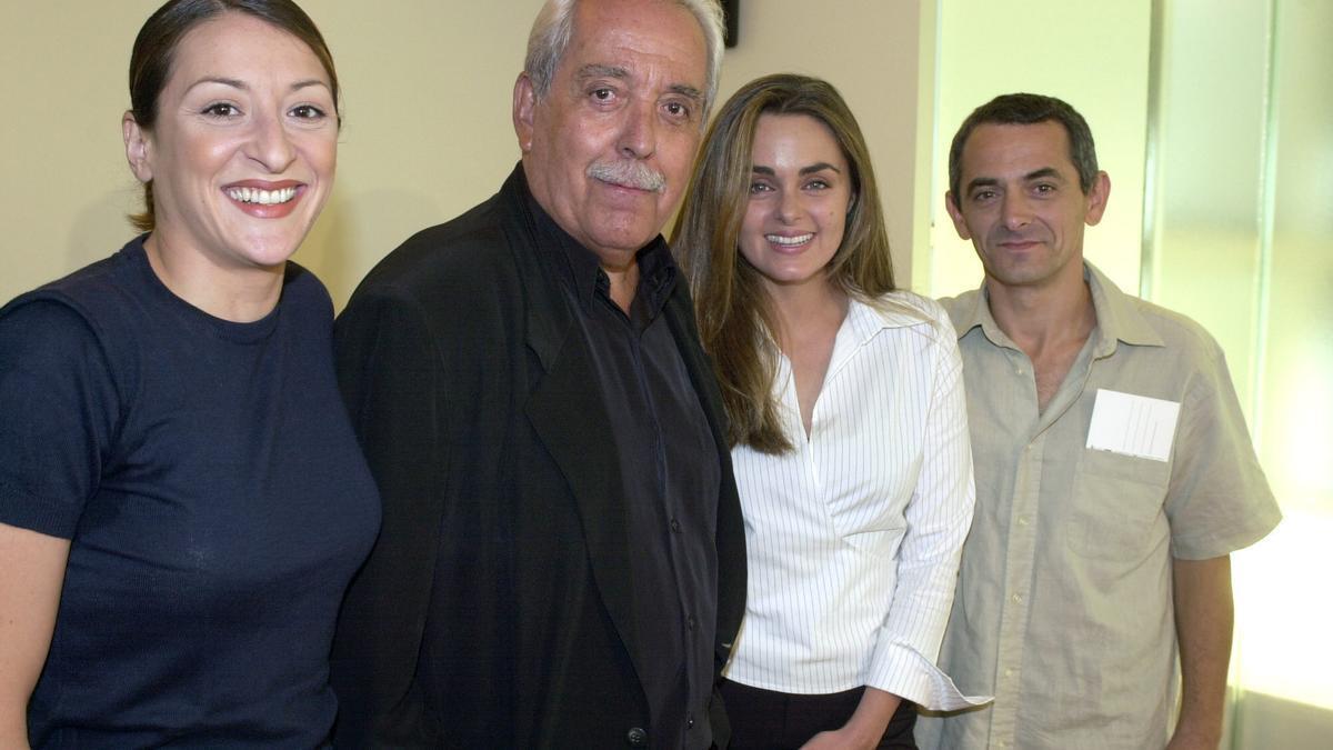 El director Antonio Giménez-Rico, en el centro, durante la presentación de una de sus películas.