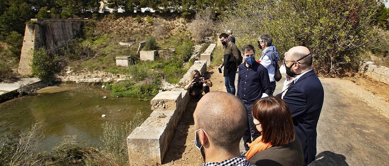 El diputado Jesús Pla y la alcaldesa, Mai Castells, con  otros cargos, ante el Sifó de Canals, ayer.  Perales Iborra