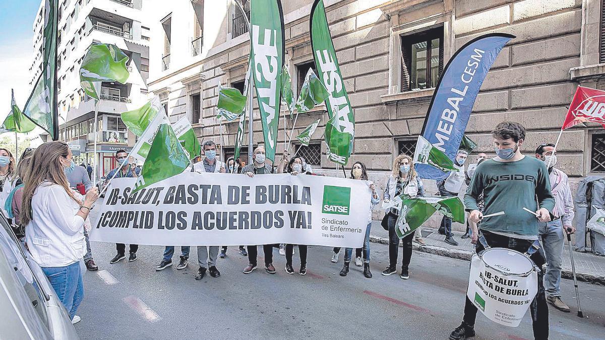 Protesta de los sanitarios de las islas ante la sede del IB-Salut.