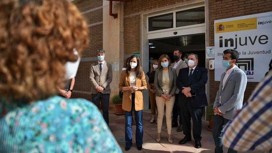La ministra Ione Belarra defiende el Plan de Trabajo Digno para jóvenes en su visita a Mollina