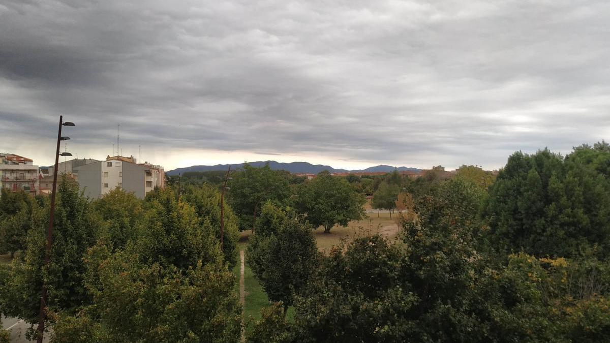 El cel de l'Empordà, aquest diumenge, des de Figueres.