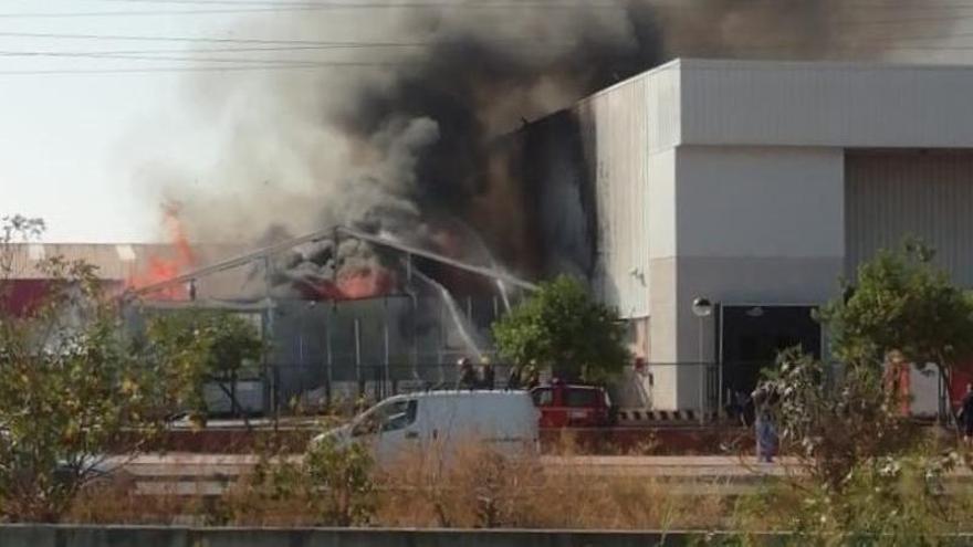 Los bomberos intervienen en un incendio en el polígono Guadalhorce