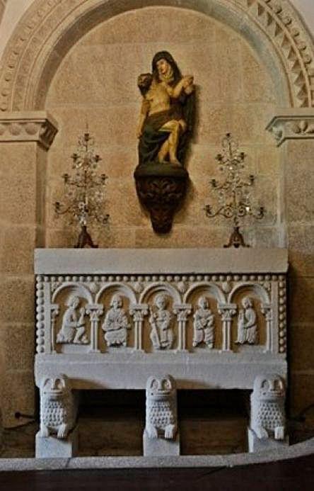 Sarcófago de la capilla que mandó labrar Emilia Pardo Bazán.