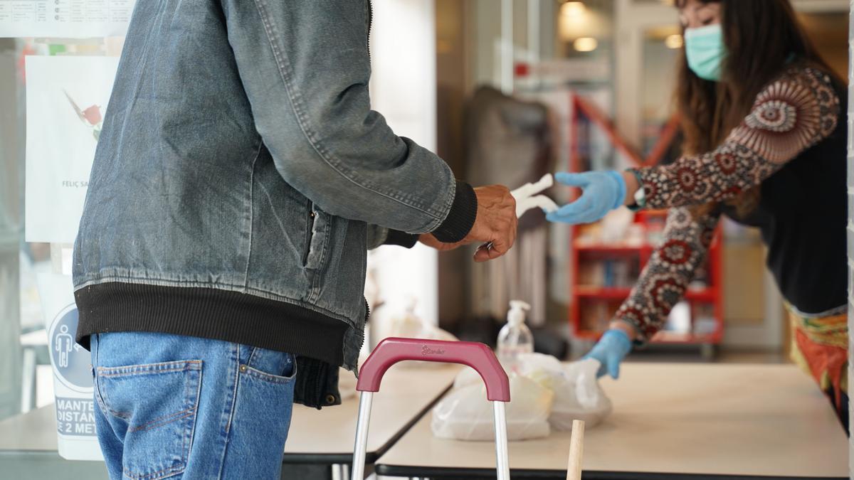 Voluntarios gestionan los alimentos para su reparto.