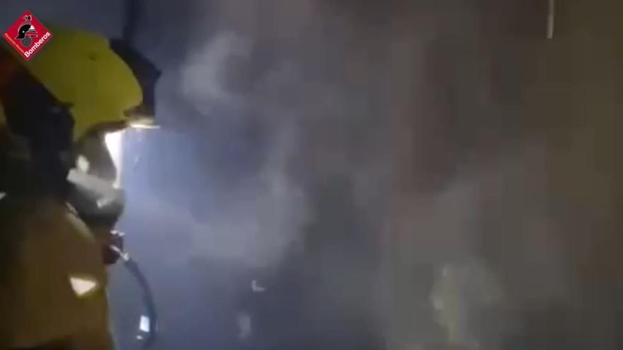 Dos heridos por inhalación de humo en un incendio que ha calcinado una vivienda en la calle Áncora de Torrevieja