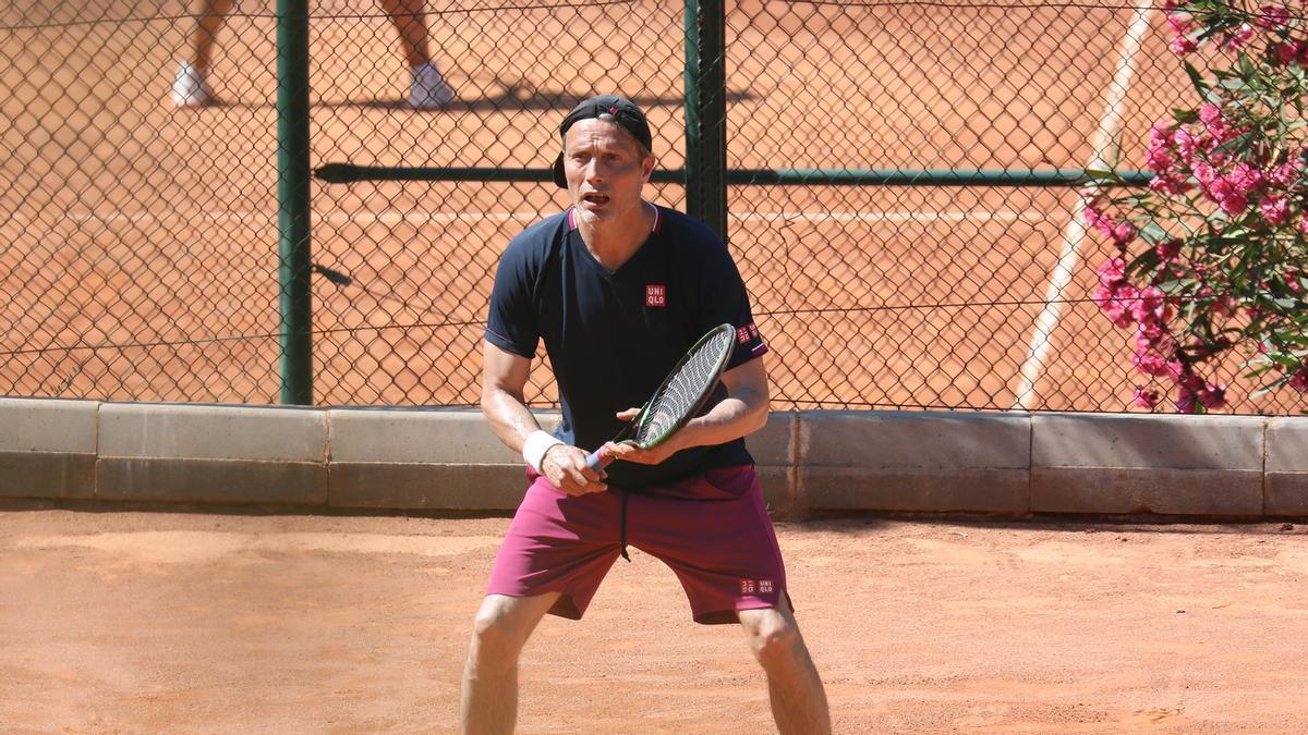Mads Mikkelsen in der Tennis Academy Peguera.