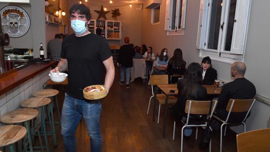 Escasas reservas en el primer día de cenas en los restaurantes, con los bares cerrados a las nueve