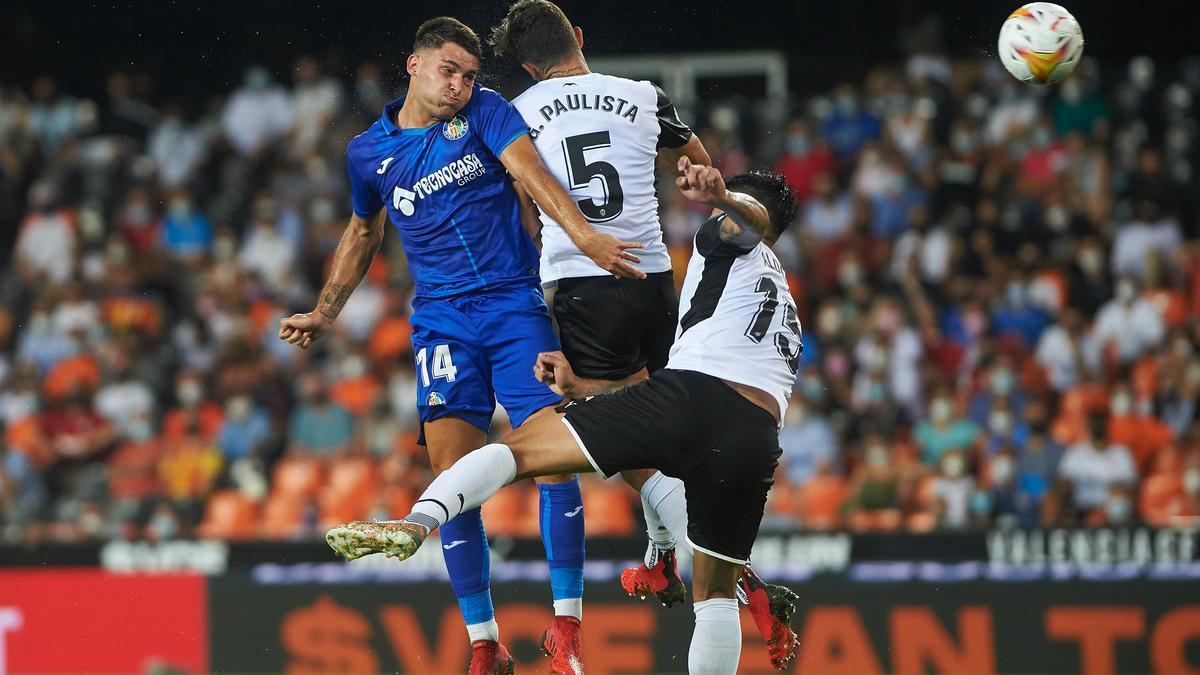 Hugo Duro del Getafe y Gabriel Paulista del Valencia en el partido en el Mestalla en agosto