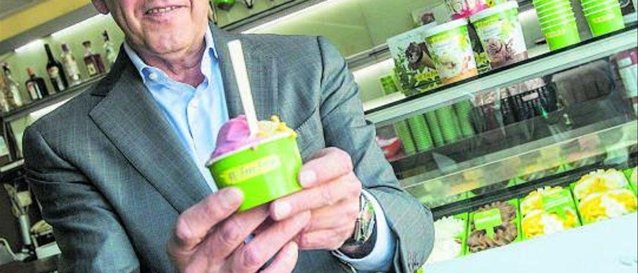 Joaquín Lancis, con una tarrina de helado vegano. | Pilar Cortés