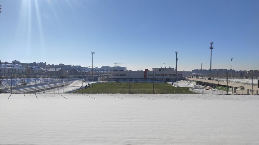 Los operarios del Rayo intentan quitar la nieve para que se pueda jugar el partido ante el Elche