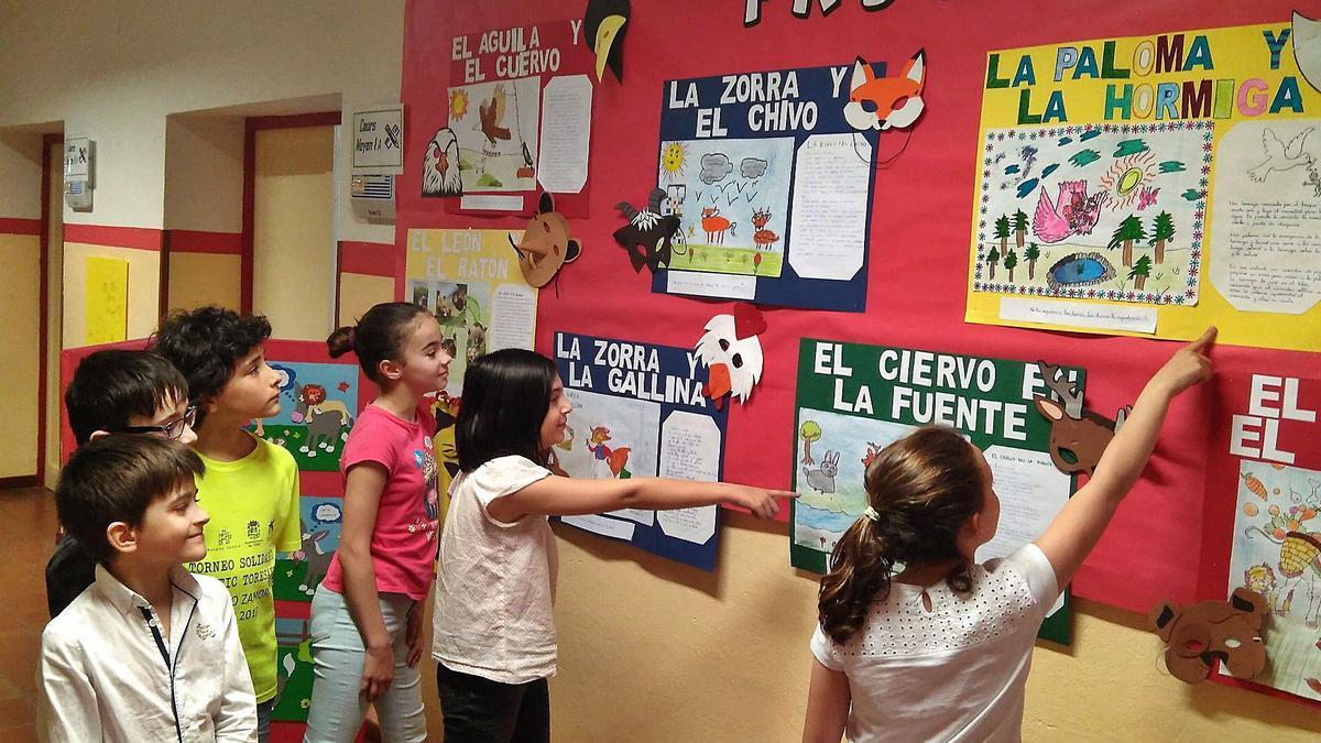 Un grupo de niños observa un gran mural en su colegio con diferentes fábulas, en una actividad de las Jornadas Provinciales de Fomento de la Lectura de una edición pasada. | J. N.