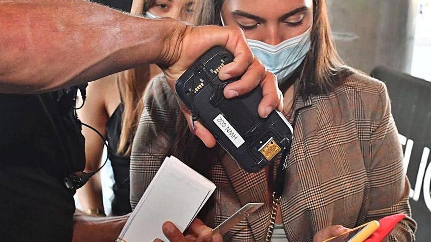 Un trabajador de Pelícano controla el acceso.    // VÍCTOR ECHAVE