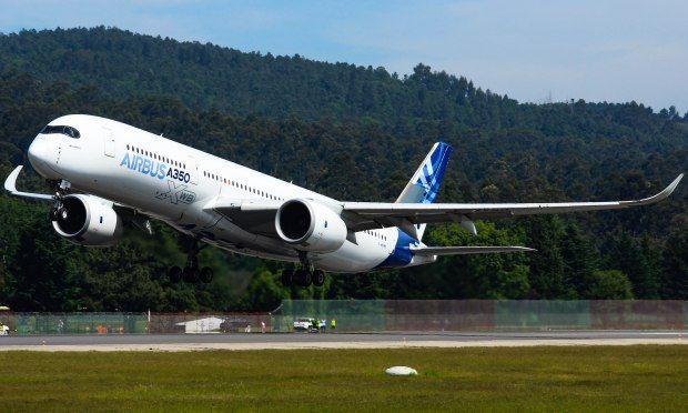 Al Airbus 350 que hizo pruebas de su sistema antiniebla en Peinador en 2019. // Carlos González