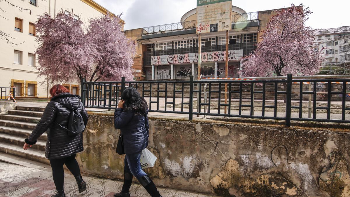 Imagen del edificio del inmueble de Reyes Huertas, que pertenece a la Junta de Extremadura y se encuentra en estado de abandono.