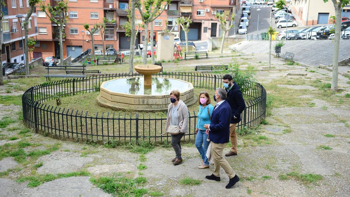 El alcalde, el edil de Distritos y miembros de la directiva, en el parque que se renovará.