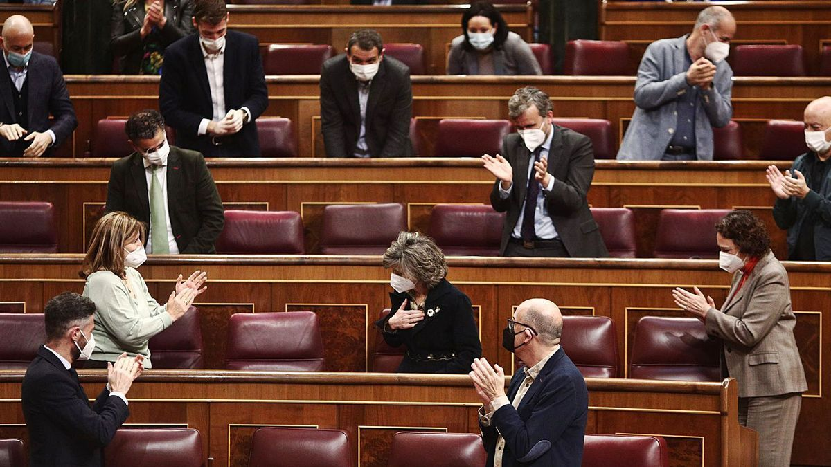 Diputados en el Congreso aplaudiendo.