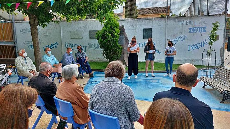 Els alumnes de l'escola La Salle de Cassà planten l'arbre de la Pau