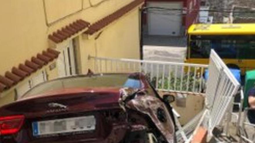 Un coche queda encajonado en la entrada de una casa en Lomo Blanco