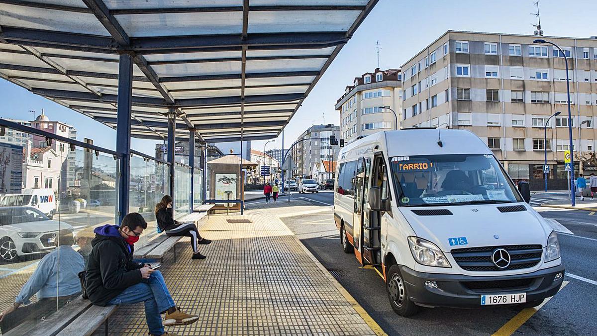 Un autobús recoge viajeros en una parada de O Burgo.   | // LA OPINIÓN