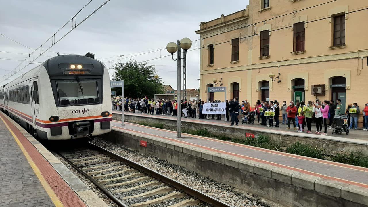 Cientos de personas claman por el futuro del tren en Aragón