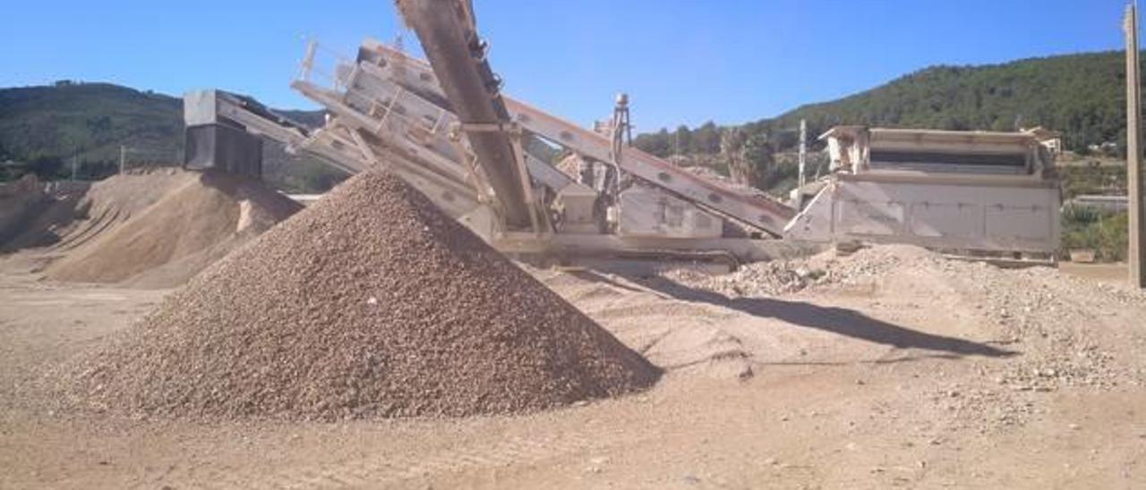 El proceso de triturado de los escombros.