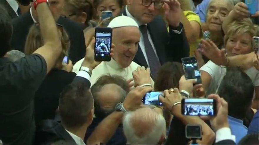 Sting y su esposa saludan al papa Francisco