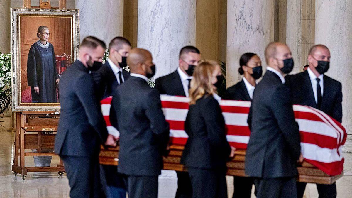 Llegada del féretro de la jueza Ginsburg al vestíbulo del Tribunal Supremo de EE UU.