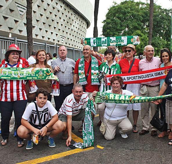 Miembros de la peña Isma y aficionados del Betis celebrando el ascenso de 2016 junto al Villamarín.