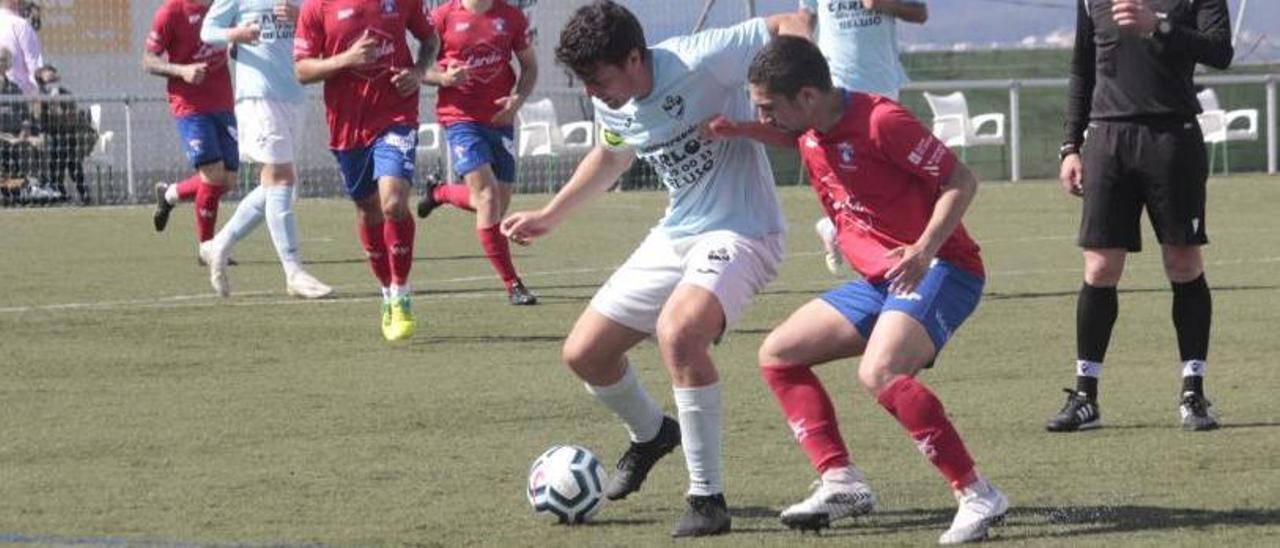 Una jugada de un partido de la Cultural Deportiva Beluso de esta temporada.    // SANTOS ÁLVAREZ
