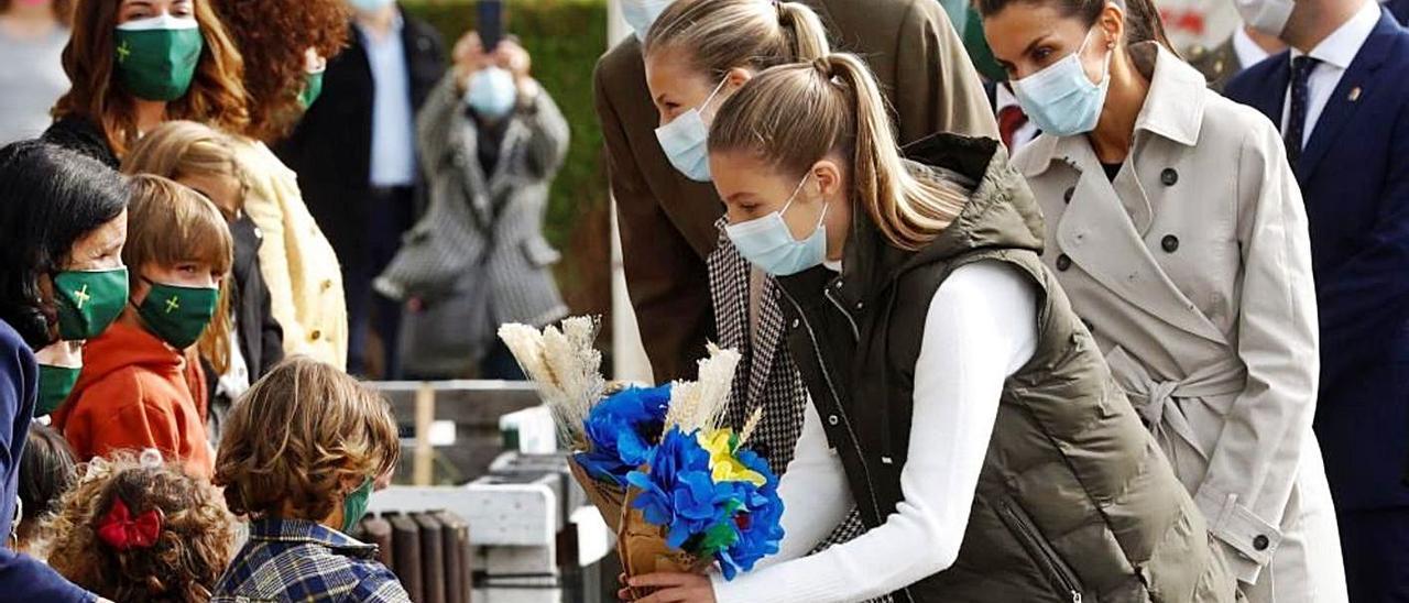 Los Reyes y sus hijas reciben un ramo de flores de papel de los alumnos de la escuela de Somao;
