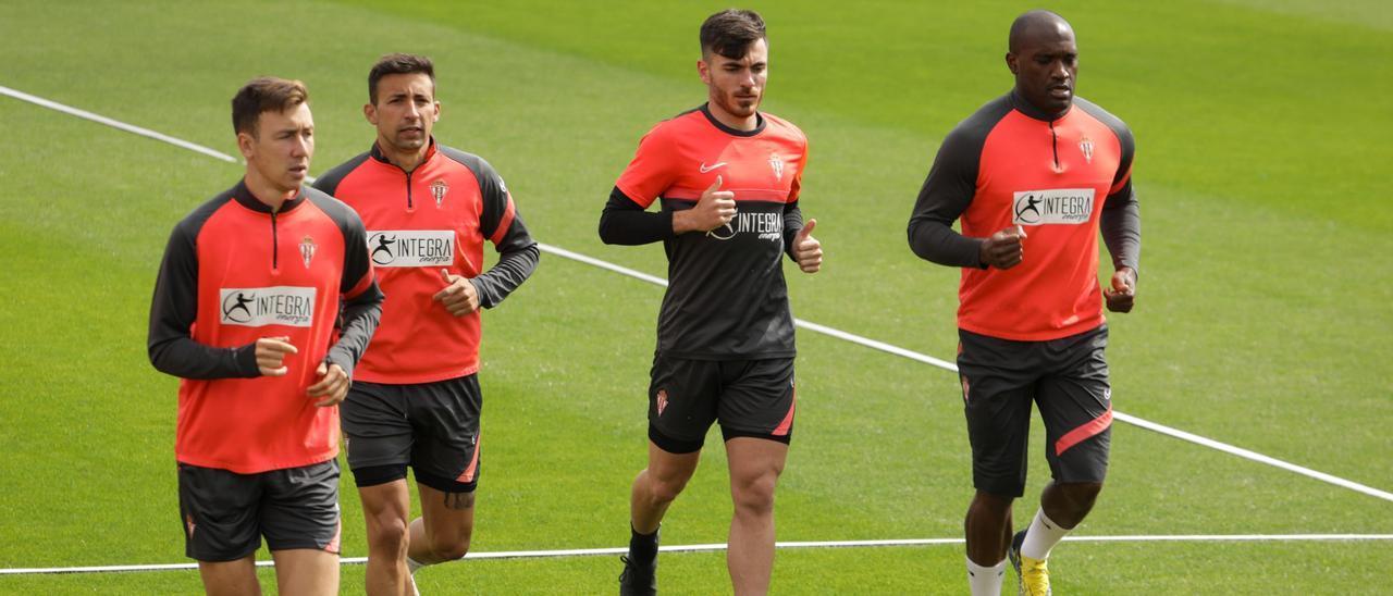 Campuzano, tercero por la izquierda, durante el entrenamiento de ayer del Sporting