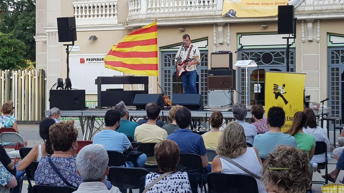 El cantant Cris Juanico va tancar l'acte central del Correllengua acompanyat d'unes 120 persones.