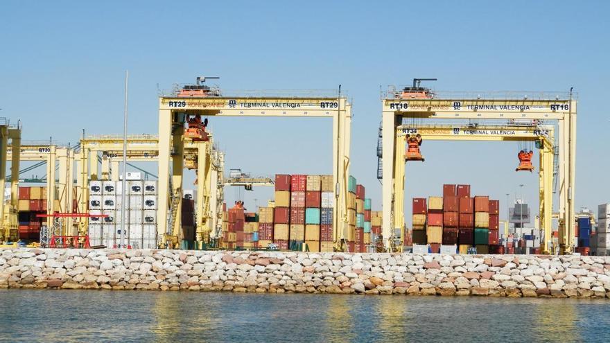 La caída del tráfico del Puerto de València se contiene y llega al 11 %