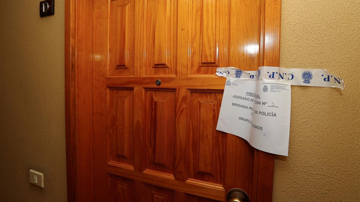 La puerta de una vivienda escenario de un caso de violencia machista
