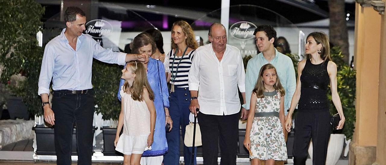 La Familia Real el verano de 2016, con don Juan Carlos en el centro, paseando por Portals.