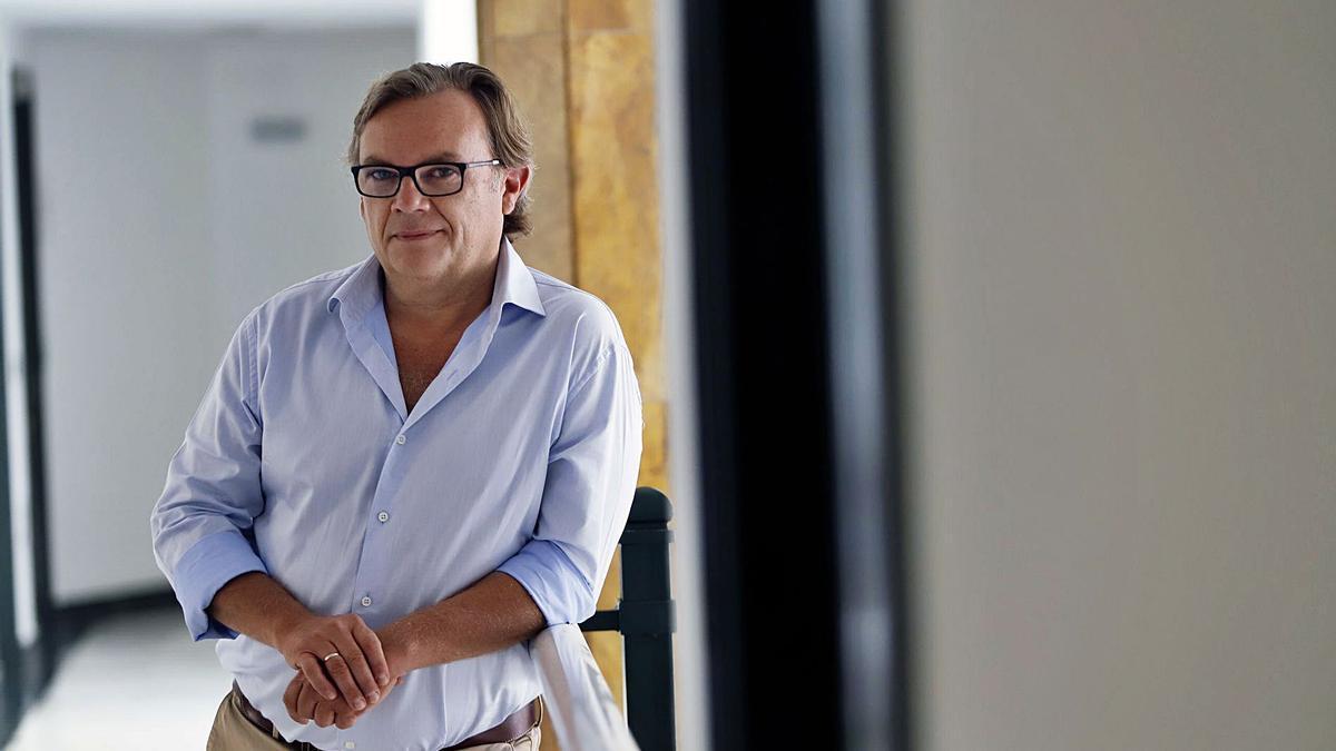 Ángel García Vidal posa en su despacho
