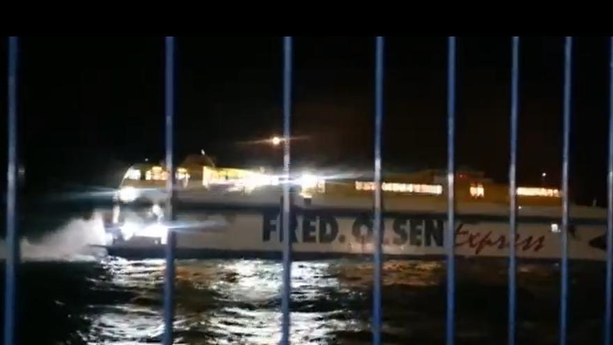 Un catamarán de Fred Olsen con 75 personas encalla en el muelle de Agaete