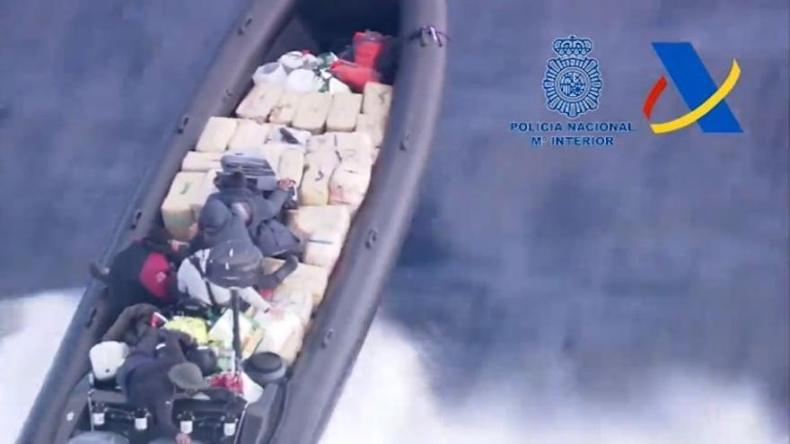 Espectacular persecución a una narcolancha con 2.000 kilos de hachís que venía a las costas de València
