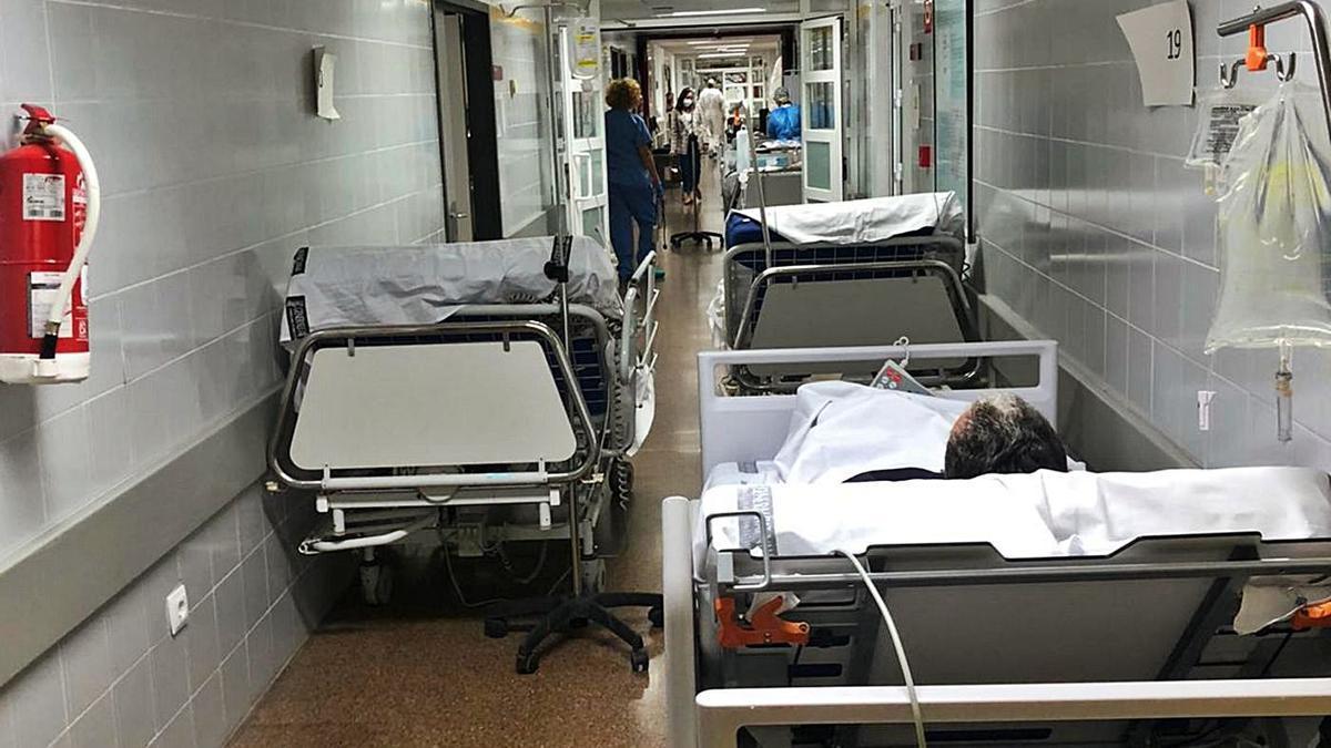 Camas habilitadas por falta de espacio en el pasillo de Urgencias del hospital esta semana.   LEVANTE-EMV